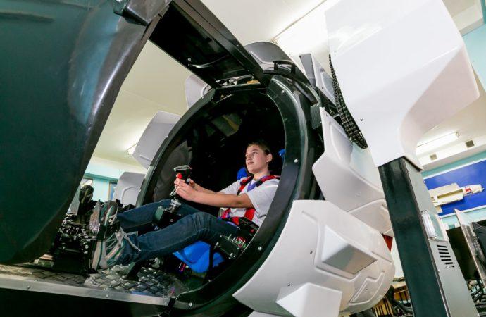 Дети России учатся летать на истребителе Су-27 в «Орлёнке»