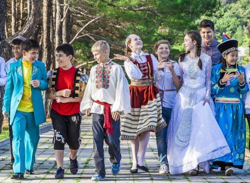 В Международный день дружбы в «Орлёнке» откроют  Верстовые столбы и заложат капсулу времени